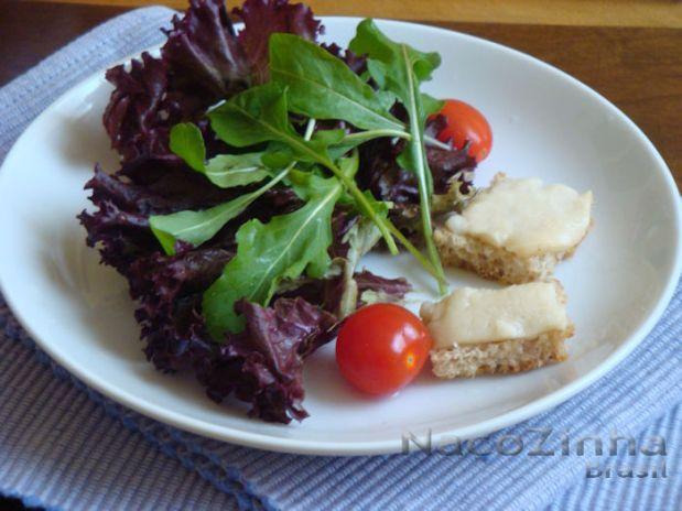 salada-mix-folhas-queijo-cabra